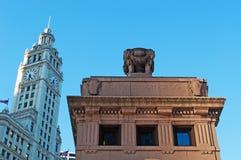 Chicago, Illinois: Stadtaufschrift auf der Michigan-Alleen-Brücke und Wrigley, die am 22. September 2014 errichten Stockfoto