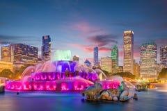 Chicago, Illinois, USA-Brunnen und Skyline stockfotos