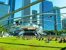 Chicago, Illinois, USA 07 07 2018 Duży grupa ludzi praktyki joga w Pritzker pawilonie, parkowy milenium obrazy stock