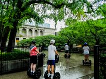 Chicago Illinois, USA 07 07 2018 Gruppen av turister på segways turnerar i parkerar nära museum arkivfoto