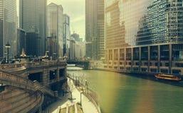 Chicago Illinois, USA - Juli 19, 2016: Chicago skyskrapor, Watertaxi och Wendell sightfartyg på Chicagoet River royaltyfri bild