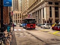 CHICAGO ILLINOIS USA - Chicago spårvagn i den i stadens centrum gatan fotografering för bildbyråer