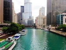 Chicago Illinois, USA 07 05 2018 Trumftorn, Wrigley byggnad med den stora flaggan, flodstrand 4th Juli vecka arkivbild
