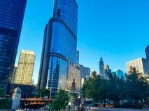 Chicago, Illinois, USA 07 06 2018 Trumpf-Turm auf Chicago River lizenzfreie stockfotos