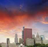 Chicago, Illinois. Wunderbare Himmelfarben über Stadtwolkenkratzern Stockbild