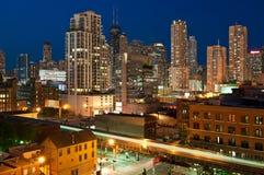 Chicago im Stadtzentrum gelegen an der Dämmerung. Lizenzfreie Stockfotos