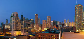 Chicago im Stadtzentrum gelegen an der Dämmerung. Lizenzfreies Stockfoto