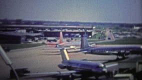 CHICAGO - 1966 : L'avion classique d'astrojet à l'aéroport d'O'hare de la porte de voyage banque de vidéos