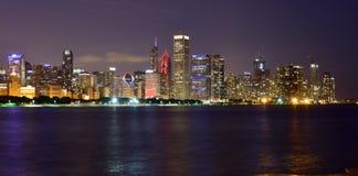 Chicago, l'Illinois - Etats-Unis - 1er juillet 2018 : L'horizon de Chicago a réfléchi sur le lac la nuit photographie stock
