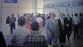 CHICAGO - 1966 : L'intérieur de l'aéroport tôt d'O'hare comme c'est devenu un hub populaire de vol banque de vidéos