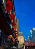 Chicago, lage hoekmening, die upwards naar kleurrijke paraplu's, bloempotten en andere cityscape kijken stock afbeelding