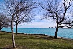Chicago lakeshore på södra sida av Lake Michigan på en frigid vinterdag royaltyfria bilder