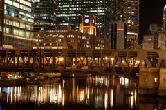 Chicago River på natten Royaltyfria Bilder