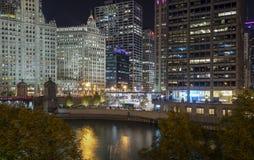 Chicago modern och historisk arkitektur på natten Arkivbilder