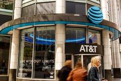 Chicago - Około Maj 2018: AT&T ruchliwości radia sklep detaliczny AT&T teraz oferuje IPTV, VoIP, telefony komórkowych i DirecTV, fotografia stock