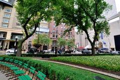 Chicago parkerar bredvid gammalt vattentorn i centrum Arkivbild