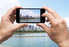 Chicago que toma o smartphone da imagem foto de stock