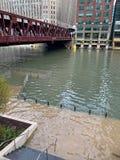 Chicago River översvämmade under brunngatabron efter ett tungt vårhäftigt regn royaltyfria foton