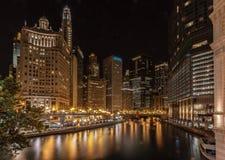 Chicago River bis zum Nacht Lizenzfreies Stockbild