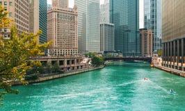 Chicago River con le barche ed il traffico immagini stock libere da diritti