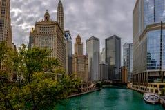 Chicago River e orizzonte dal ponte del viale del Michigan fotografie stock libere da diritti