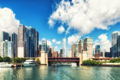Chicago River e skyscrappers Imagem de Stock