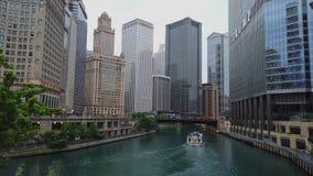 Chicago River an einem regnerischen Tag - CHICAGO, USA - 12. JUNI 2019 stock video footage
