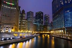 Chicago River går på natten Arkivfoto