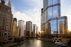 Chicago River horisont och trumftorn Royaltyfri Fotografi