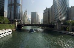 Chicago River i affärsområde på i stadens centrum Chicago, USA Arkivbilder