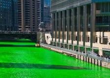 Chicago River ist gefärbtes Grün für St- Patrick` s Tag, da Mengen Szene umgeben stockbild