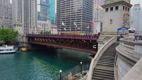 Chicago River an Michigan-Allee - CHICAGO, USA - 12. JUNI 2019 stock footage