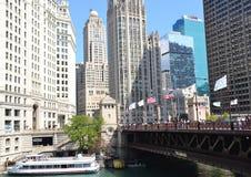 Chicago River och i stadens centrum Chicago, Illinois Arkivbild