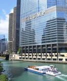 Chicago River och i stadens centrum Chicago, Illinois Arkivbilder