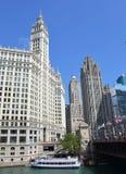 Chicago River och i stadens centrum Chicago, Illinois Royaltyfri Bild