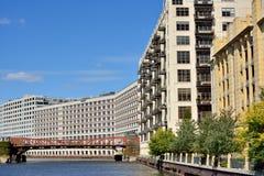 Chicago River och stadsbyggnader Fotografering för Bildbyråer