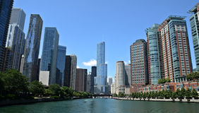 Chicago River sikt, med det internationella hotellet för trumf och tornet Arkivbilder