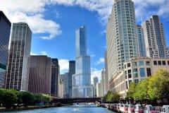 Chicago River sikt och stadsbyggnader Fotografering för Bildbyråer