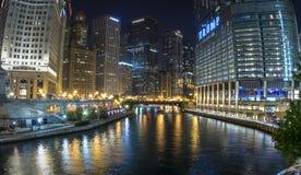 Chicago River som är panorama- på natten Fotografering för Bildbyråer