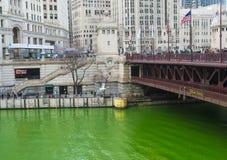 Chicago River tingiu o verde foto de stock royalty free