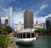 Chicago River u. im Stadtzentrum gelegenes Chicago stockbilder