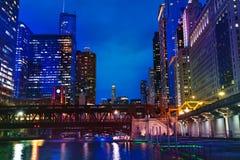 Chicago River und Marina City-Türme nachts, USA stockfoto