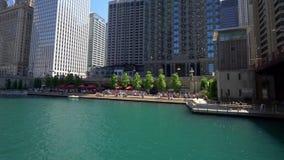 Chicago Riverwalk an einem sonnigen Tag stock video