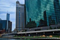Chicago Riverwalk med färgrik placering och gångare, sävliga kayakers på floden och sikt av övre- och lägre Wacker drev arkivbilder