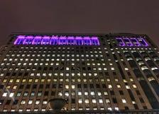 Chicago-` s belichtete Stadtbild, wie vom riverwalk gesehen Stockfotos