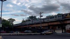 Chicago-` s Blue Line bilden Durchläufe durch Logan Square aus Städtischer Transport stock footage