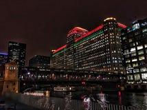 Chicago-` s EL-Zug überschreitet durch die Stadt, belichtet mit Weihnachtsfeiertagsdekorationen Lizenzfreie Stockfotografie