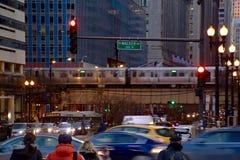 Chicago ` s hief de Trein die van ` op Gr ` over Wacker-Aandrijving bij Zonsondergang overgaan Stock Afbeeldingen