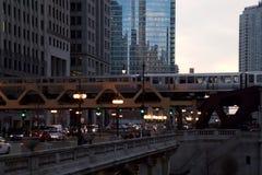 Chicago ` s hief de Trein die van ` op Gr ` over Wacker-Aandrijving bij Zonsondergang overgaan Royalty-vrije Stock Afbeelding