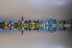 Chicago-` s Skyline widergespiegelt Stockbilder
